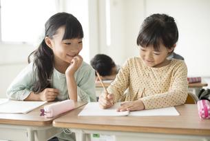 勉強を教え合う小学生の写真素材 [FYI04553727]