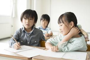 勉強を教え合う小学生の写真素材 [FYI04553732]