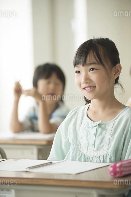 教室で授業を受ける小学生の写真素材 [FYI04553737]