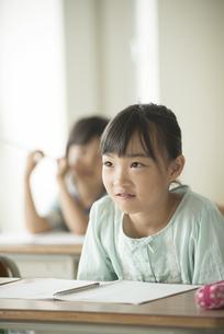 教室で授業を受ける小学生の写真素材 [FYI04553739]