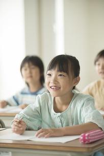 教室で授業を受ける小学生の写真素材 [FYI04553743]