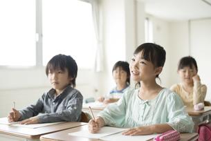 教室で授業を受ける小学生の写真素材 [FYI04553747]