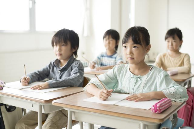 教室で授業を受ける小学生の写真素材 [FYI04553748]