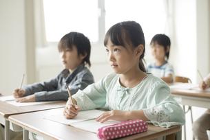 教室で授業を受ける小学生の写真素材 [FYI04553749]