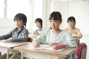 教室で授業を受ける小学生の写真素材 [FYI04553750]