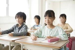 教室で授業を受ける小学生の写真素材 [FYI04553751]