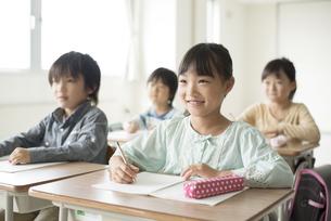 教室で授業を受ける小学生の写真素材 [FYI04553752]