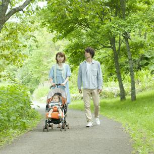新緑の中を歩く家族の写真素材 [FYI04553783]