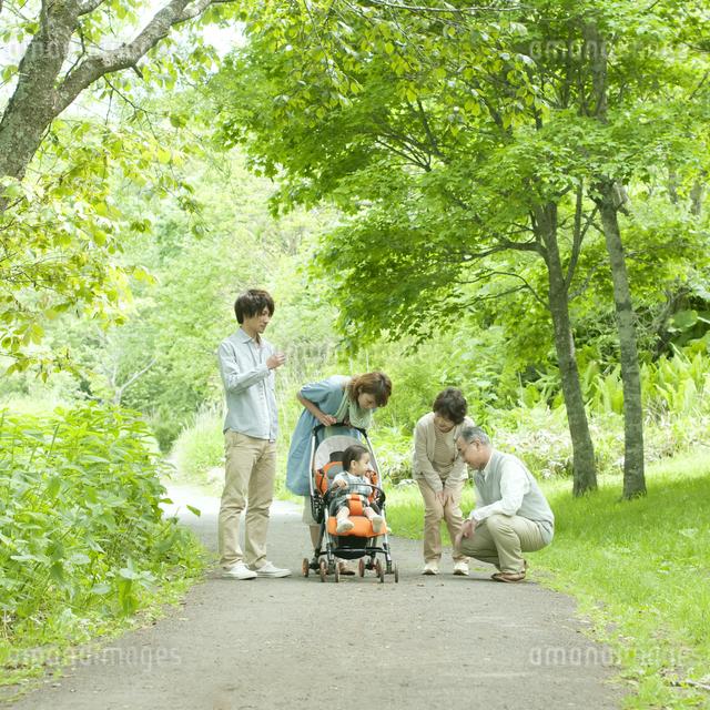赤ちゃんをあやす3世代家族の写真素材 [FYI04553807]