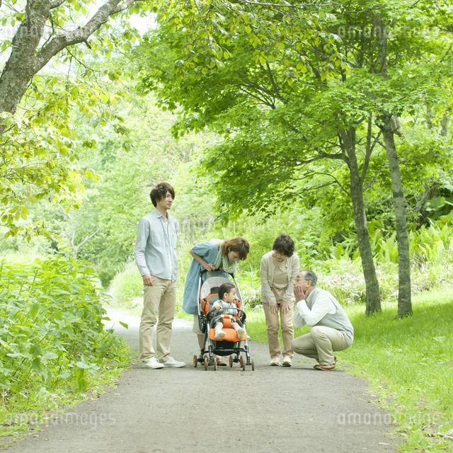赤ちゃんをあやす3世代家族の写真素材 [FYI04553808]