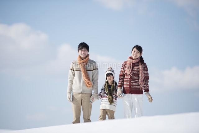 雪原で手をつなぐ家族の写真素材 [FYI04553809]