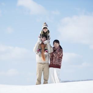 雪原で肩車をする家族の写真素材 [FYI04553815]