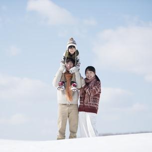 雪原で肩車をする家族の写真素材 [FYI04553816]