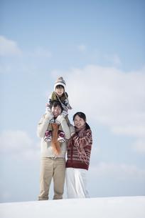 雪原で肩車をする家族の写真素材 [FYI04553817]