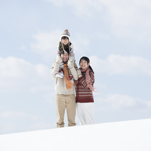 雪原で肩車をする家族の写真素材 [FYI04553858]