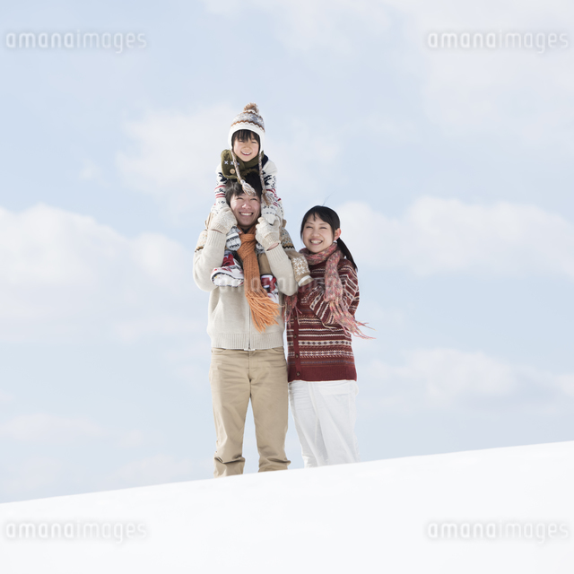 雪原で肩車をする家族の写真素材 [FYI04553859]