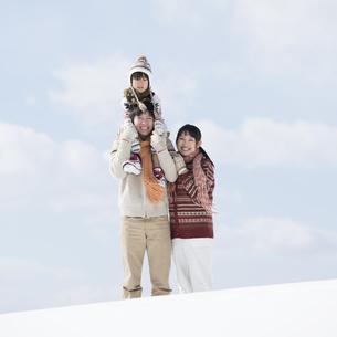 雪原で肩車をする家族の写真素材 [FYI04553861]