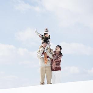 雪原で肩車をする家族の写真素材 [FYI04553864]