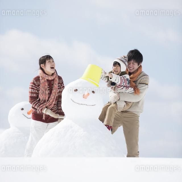 雪だるまを作る家族の写真素材 [FYI04553892]