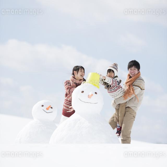 雪だるまを作る家族の写真素材 [FYI04553895]