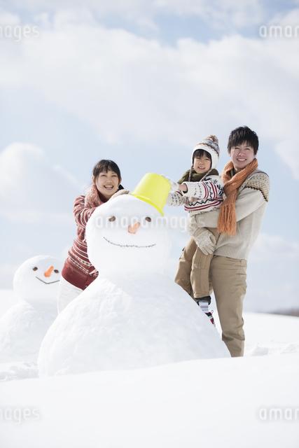 雪だるまを作る家族の写真素材 [FYI04553926]
