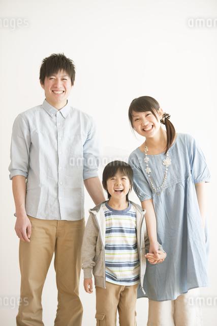 微笑む家族の写真素材 [FYI04553954]