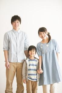 微笑む家族の写真素材 [FYI04553955]