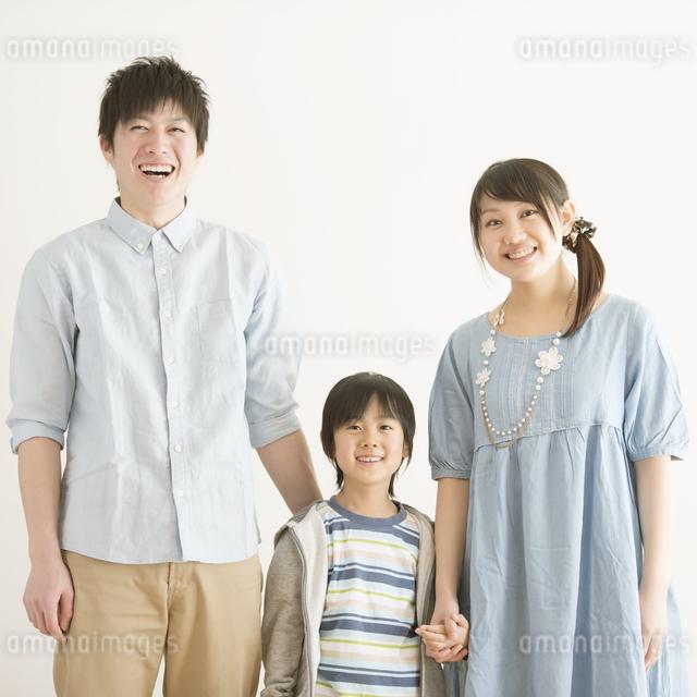 微笑む家族の写真素材 [FYI04553962]