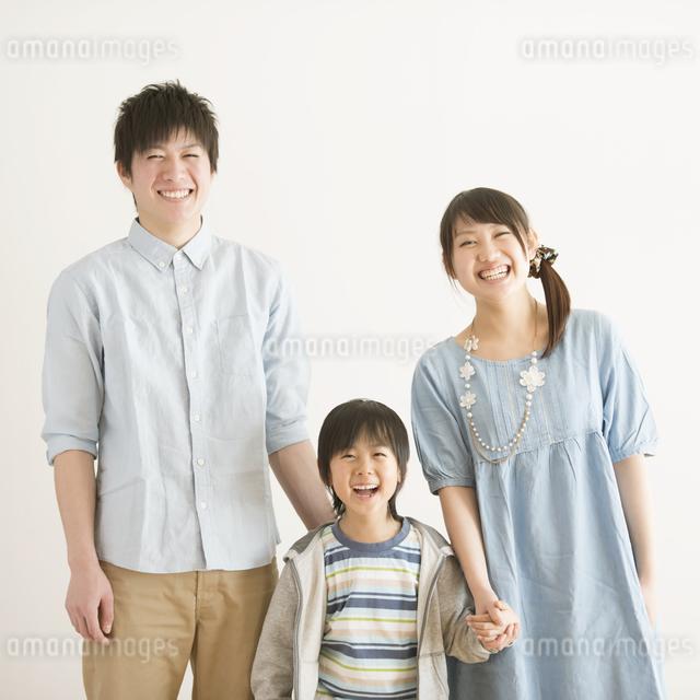 微笑む家族の写真素材 [FYI04553963]