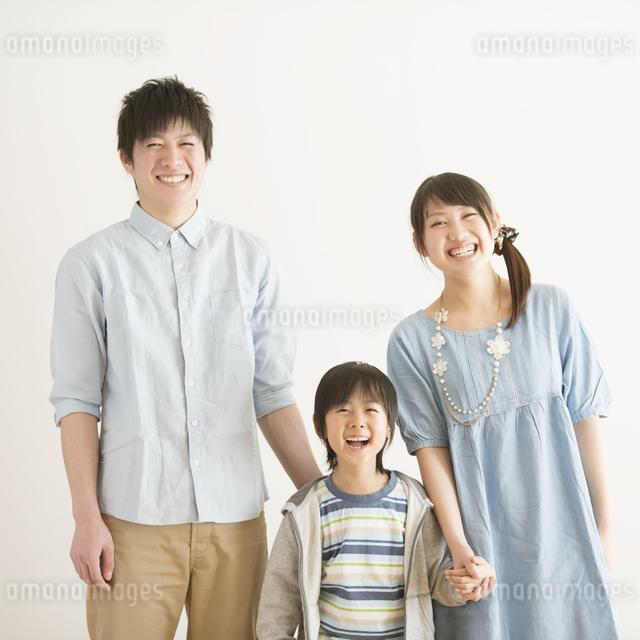 微笑む家族の写真素材 [FYI04553964]