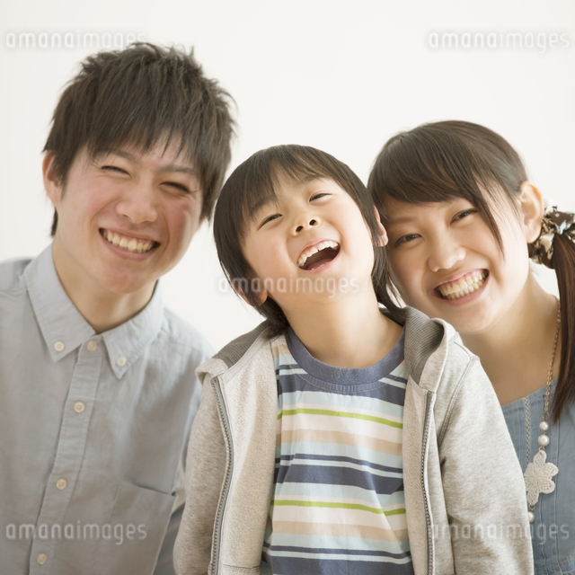 微笑む家族の写真素材 [FYI04553975]