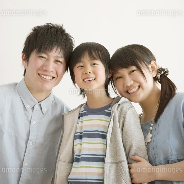 微笑む家族の写真素材 [FYI04553981]