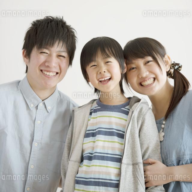 微笑む家族の写真素材 [FYI04553982]