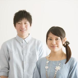 微笑むカップルの写真素材 [FYI04553991]