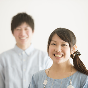 微笑むカップルの写真素材 [FYI04553993]