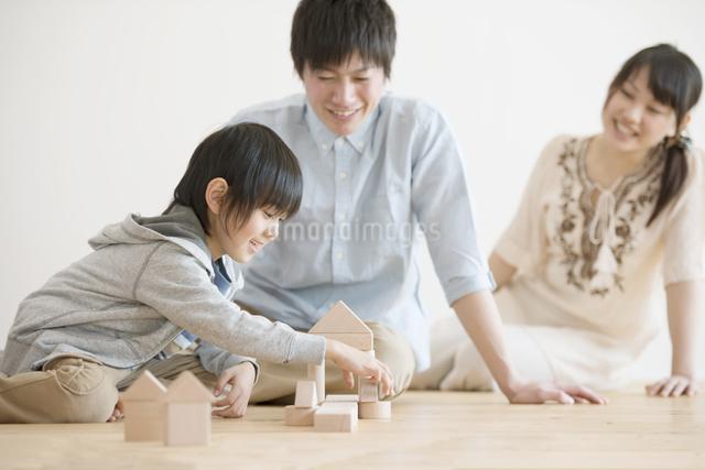 積み木で遊ぶ家族の写真素材 [FYI04554017]