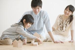 積み木で遊ぶ家族の写真素材 [FYI04554018]