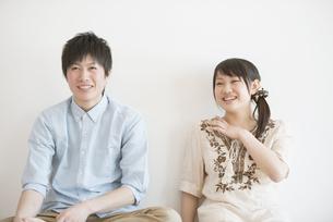 微笑むカップルの写真素材 [FYI04554026]