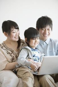 ノートパソコンを見る家族の写真素材 [FYI04554043]