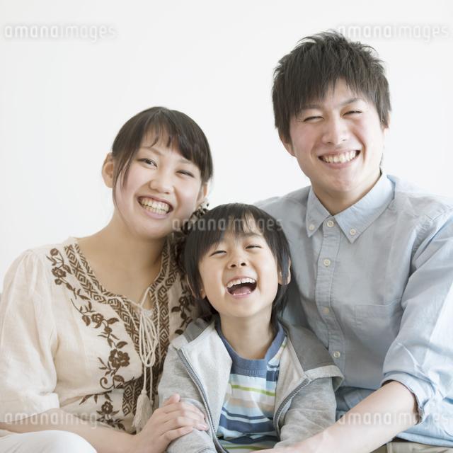 微笑む家族の写真素材 [FYI04554055]