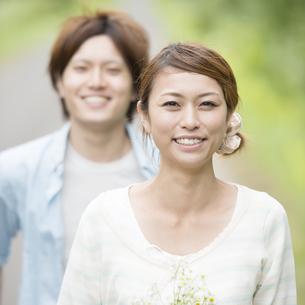 微笑むカップルの写真素材 [FYI04554068]