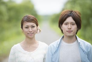 微笑むカップルの写真素材 [FYI04554085]