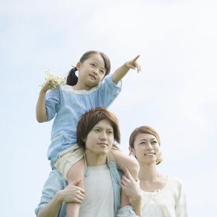 肩車をする親子の写真素材 [FYI04554122]