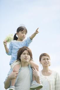 肩車をする親子の写真素材 [FYI04554125]