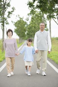 手をつなぎ微笑む祖父母と孫の写真素材 [FYI04554148]
