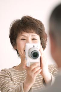 カメラで写真を撮るシニア夫婦の写真素材 [FYI04554243]