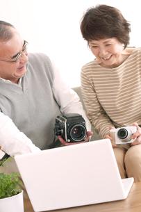 カメラの画像を見るシニア夫婦の写真素材 [FYI04554258]