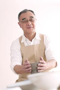 陶芸をするシニア男性の写真素材 [FYI04554283]