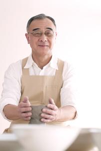 陶芸をするシニア男性の写真素材 [FYI04554286]
