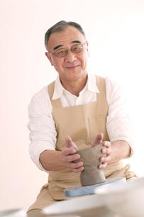 陶芸をするシニア男性の写真素材 [FYI04554289]